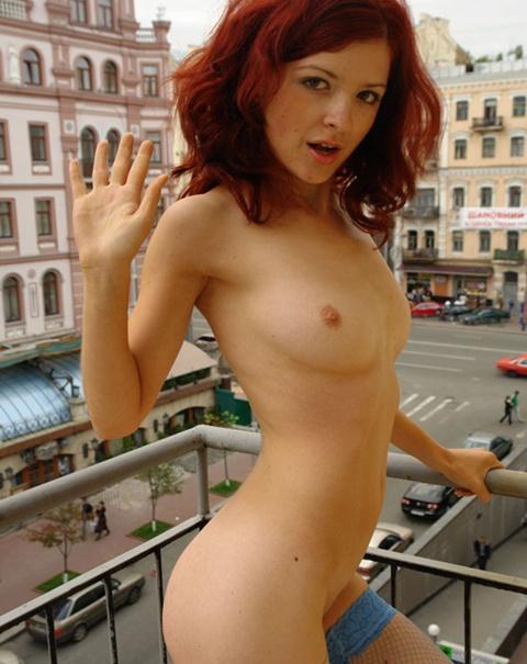 Chica desnuda de caza al aire libre