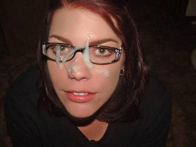 Corridas en la cara de chicas con gafas
