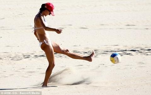 Tía buena jugando al voley playa